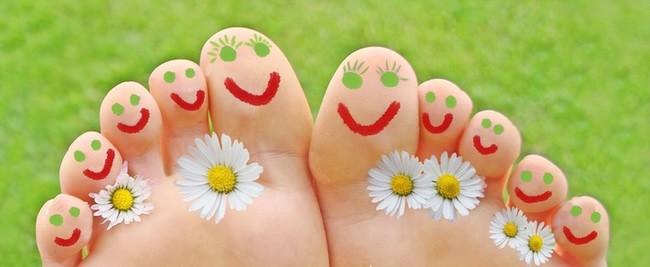 expatrié heureux, doigts de pieds en éventail